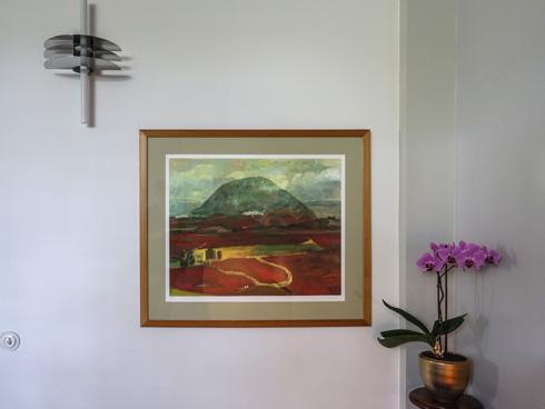 ציור של הר תבור לצד מנורה מאסכולת באוהאוס (צילום: בנימין פון ראדום)