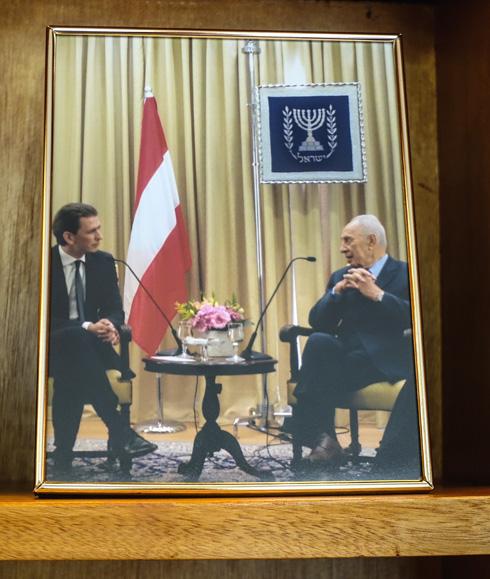 כמו תיעוד פגישה בין הנשיא לשעבר שמעון פרס ושר החוץ האוסטרי סבסטיאן קורץ - המועמד המוביל בבחירות שמתקיימות היום באוסטריה (צילום: בנימין פון ראדום)