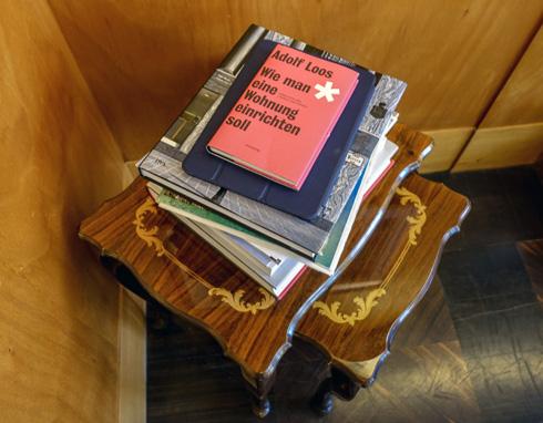 ספרי אדריכלות על שולחן קטן בפינת הסלון (צילום: בנימין פון ראדום)