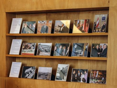 תצוגת צילומים שמתארים תחנות היסטוריות ביחסי ישראל ואוסטריה לאורך השנים (צילום: בנימין פון ראדום)