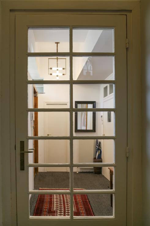 במרום מבואת הכניסה: גוף התאורה שעיצבו צמד המעצבים היהודים, בוגרי ''באוהאוס'' (צילום: בנימין פון ראדום)