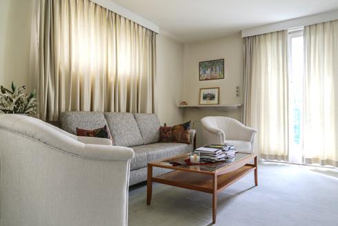 הסלון הפרטי והביתי של השגרירה בקומה העליונה (צילום: בנימין פון ראדום)