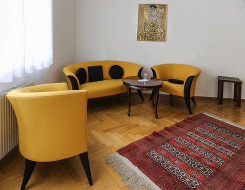 פינת ישיבה באחד החדרים (צילום: בנימין פון ראדום)