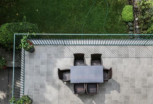 מבט מהגג אל המרפסת הרחבה (צילום: בנימין פון ראדום)