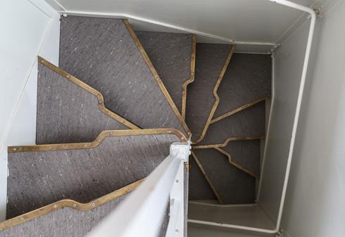 המדרגות הצרות המובילות לעליית הגג, שם תוכנן לאני מולר, בעלת הבית המקורית, סטודיו לציור (צילום: בנימין פון ראדום)