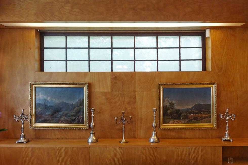 הקירות מחופים עץ, במפגש שלהם עם התקרה הוטמעו גופי תאורה (צילום: בנימין פון ראדום)