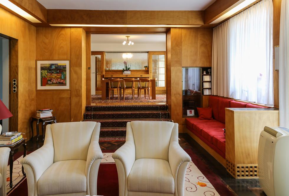 מבט מהסלון הרשמי לפינת האוכל. חלק מהספות משולבות במעטפת, כמו הארונות והמדפים השקועים בקירות (צילום: בנימין פון ראדום)