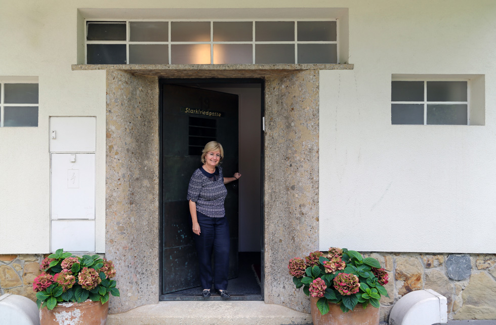 טליה לדור-פרשר, שגרירת ישראל באוסטריה, בפתח הבית. היא חקרה את תולדותיו ורואה במגורים בו זכות מיוחדת (צילום: בנימין פון ראדום)