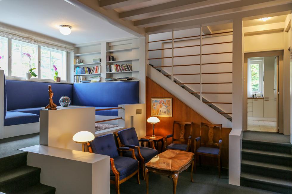 סלון קטן יותר בקומת הכניסה, שצמוד לגרם המדרגות המתפתל בין כמה מפלסים. לוס תכנן לכל חדר מפלס משלו, כך שהתנועה היא לא רק אופקית, אלא גם לגובה. בקומה זו יש גם ''חדר עישון'', שמשמש היום לפגישות אינטימיות. בקומת חדרי השינה יש לשגרירה סלון קטן, פרטי וביתי יותר (צילום: בנימין פון ראדום)