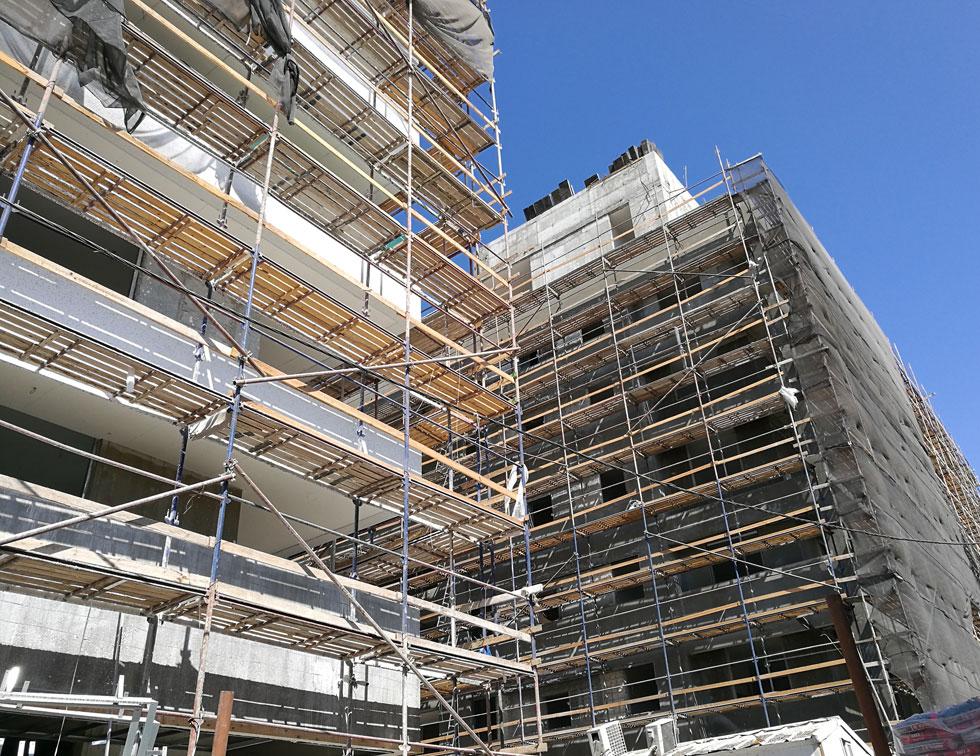 פרויקט חזנוביץ' 10-12, בתכנון בר אוריין אדריכלים. שני בניינים, 91 דירות ברחוב צר מאוד   (צילום: ציפה קמפינסקי)