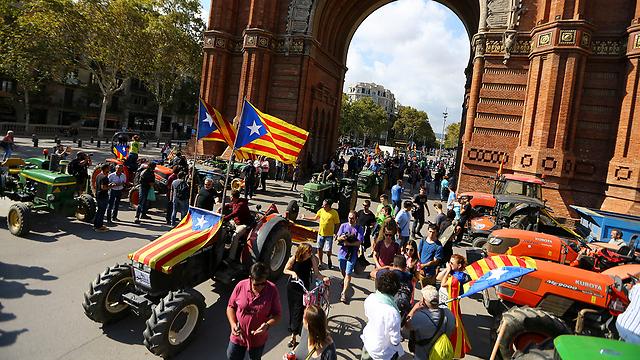 תומכי העצמאות מפגינים אתמול בברצלונה (צילום: רויטרס)