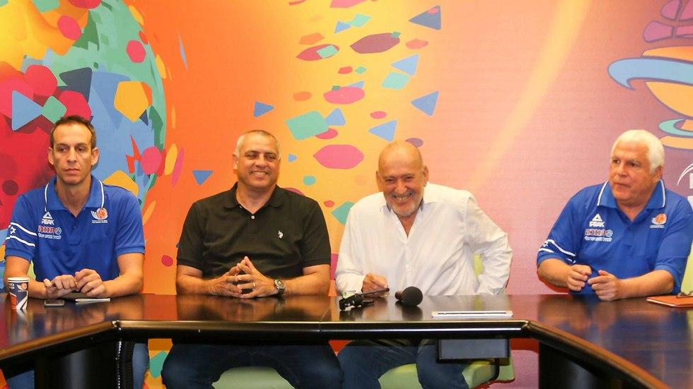 """פרישמן (שני משמאל). יו""""ר ועדה מקצועית שבא מתוך הכדורסל (צילום: ראובן שוורץ)"""