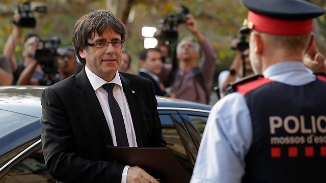 נשיא קטלוניה פוג'דמון מגיע לפרלמנט (צילום: AP)