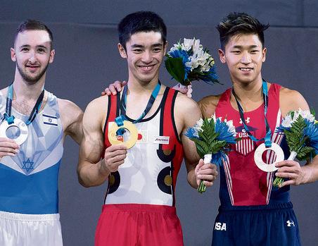 """עם המדליה לצד הזוכה במקום הראשון, היפני קנזו. """"הוא עילוי"""""""