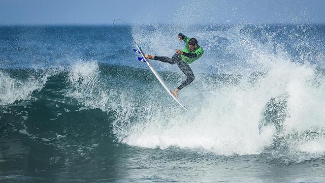 גולש בסבב המקצועני בחוף בקשקאיש שבפורטוגל (צילום: EPA) (צילום: EPA)
