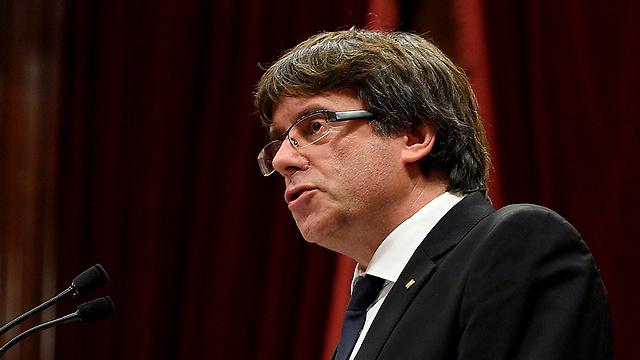 נשיא קטלוניה פוג'דמון נואם בפרלמנט הקטלני (צילום: AFP)