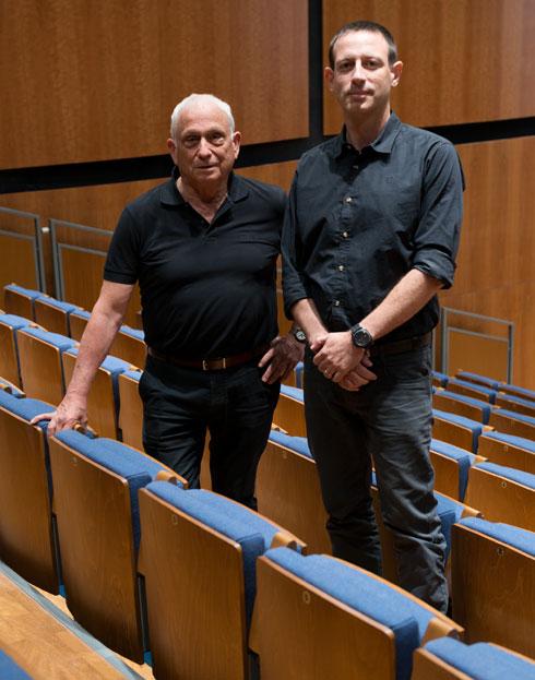 האדריכלים ברק עילם ועפר קולקר באולם החדש (צילום: גדעון לוין)