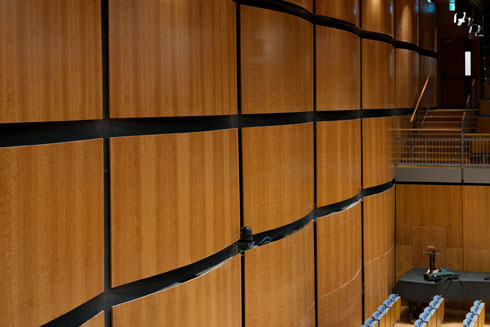 האקוסטיקה קבעה את העיצוב. לוחות עץ מקומרים עם גב פלדה (צילום: גדעון לוין)