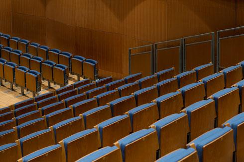 מושבים בצבע ג'ינס. כולם ניתנים ל''שאיבה'' פנימה, כך שכל 100 נגני התזמורת יוכלו לבצע חזרות יחדיו (צילום: גדעון לוין)
