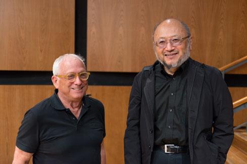 מומחה האקוסטיקה טויוטה (מימין) והאדריכל עפר קולקר. ''לא עשינו זאהה חדיד'' (צילום: גדעון לוין)