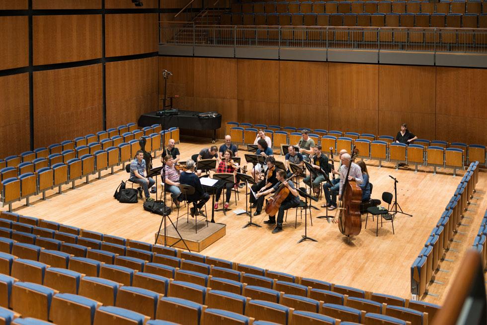 מבט מהשורות העליונות על הבמה. 400 המושבים ניתנים לפינוי מכני מהיר, כדי לאפשר לכל התזמורת לנגן יחדיו, ולא רק להרכב קאמרי כמו כאן (צילום: גדעון לוין)