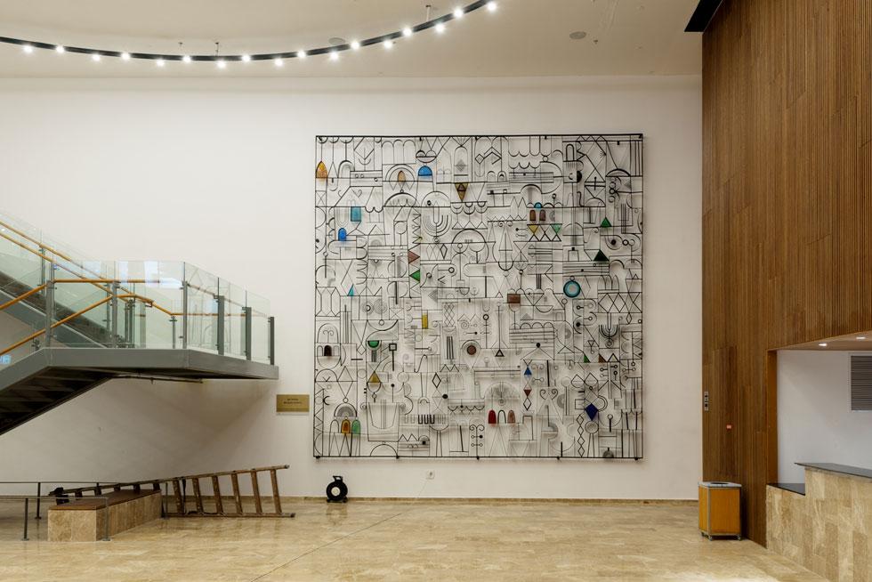 ממול הוצבה יצירתו הוותיקה של בצלאל שץ, שעיטרה במשך עשרות שנים את בית ההארחה של התזמורת, עד שזה נמכר ונהרס (צילום: גדעון לוין)