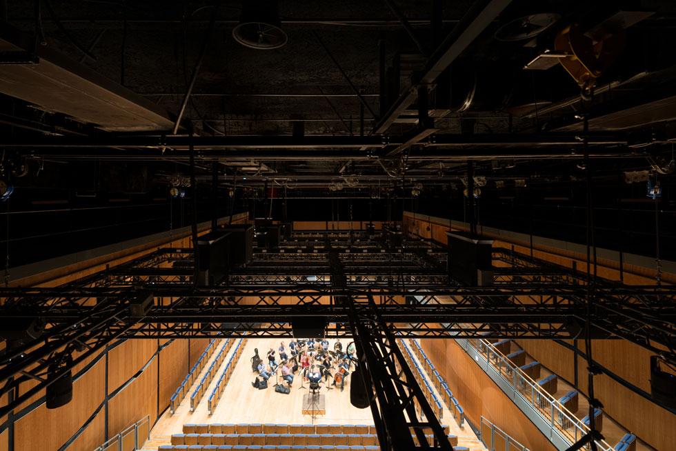 כל שטחו של האולם המלבני זהה לשטח הבמה באולם הוותיק והגדול (כדי לראות את השיפוץ שלו - לחצו על התצלום) (צילום: גדעון לוין)