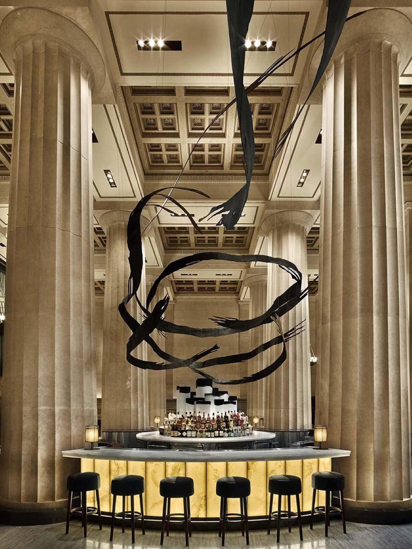 פסל  מעל הבר שמתפתל אל הקומה התחתונה (צילום: Eric Laignel)