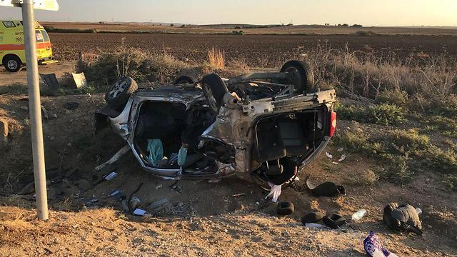 זירת התאונה החזיתית בכביש 383, היום (צילום: דוברות המשטרה)