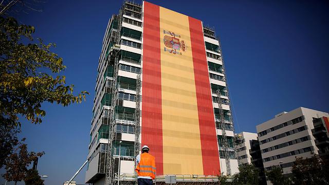 דגל ספרד מכסה בניין שלם במדריד (צילום: רויטרס)
