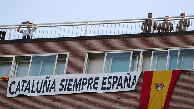 """""""קטלוניה היא תמיד חלק מספרד"""". הדגל הספרדי בבירה מדריד (צילום: רויטרס)"""