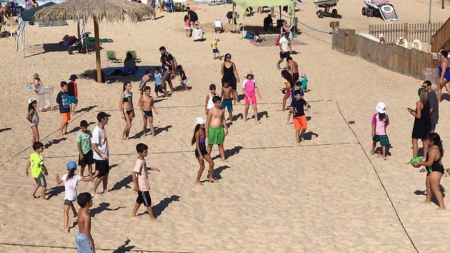 אין מקום בחוף פלמחים (צילום: לימור קטן-פרידמן)