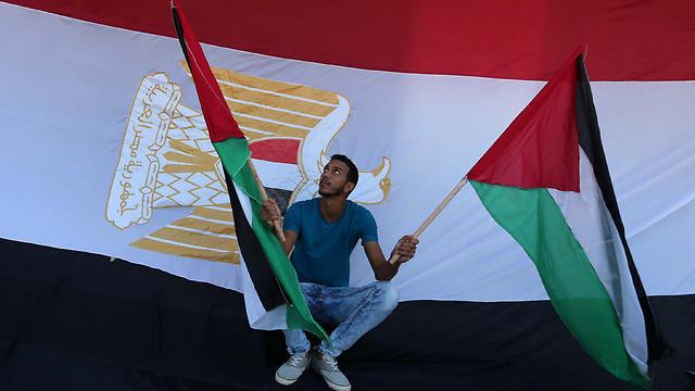הדגל המצרי מתנופף גם הוא בעזה (צילום: רויטרס)