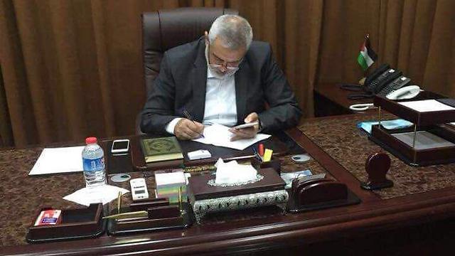 מנהיג חמאס הנייה מקבל את הפרטים על הסכם הפיוס