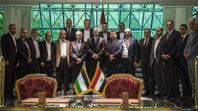 The reconciliation agreement signing ceremony's pomp and circumstances was not enough to sway Fatah actions against Hamas in West Bank (Photo: AFP)