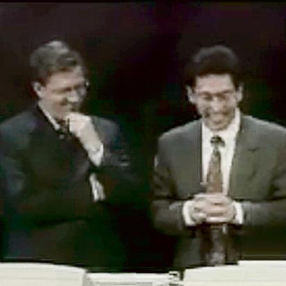 """ביל גייטס (משמאל) מתאכזב מחלונות 98 . """"ווהו"""""""