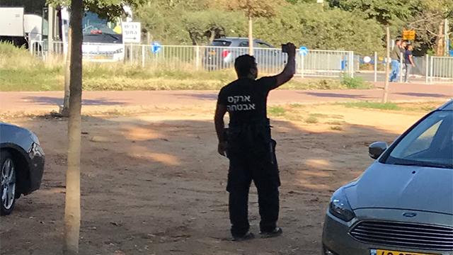 איש אבטחה בשפיים, לאחר העימות (צילום: לימור סיגל)