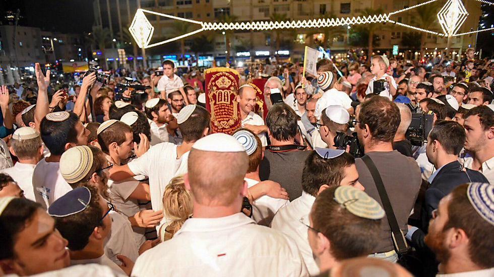 Second Hakafot in Tel Aviv's Rabin Square (Photo: Kobi Richter/TPS)