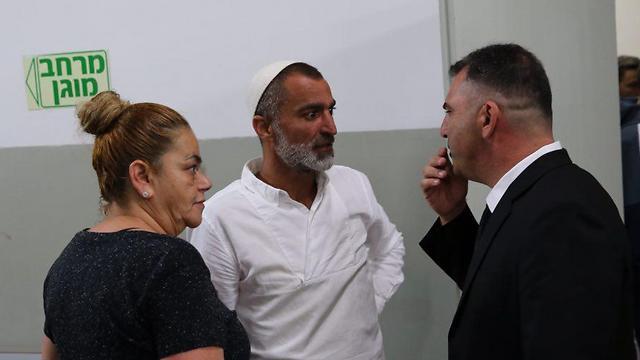 """עו""""ד נס בן נתן ואביה של קדוש (צילום: מוטי קמחי)"""