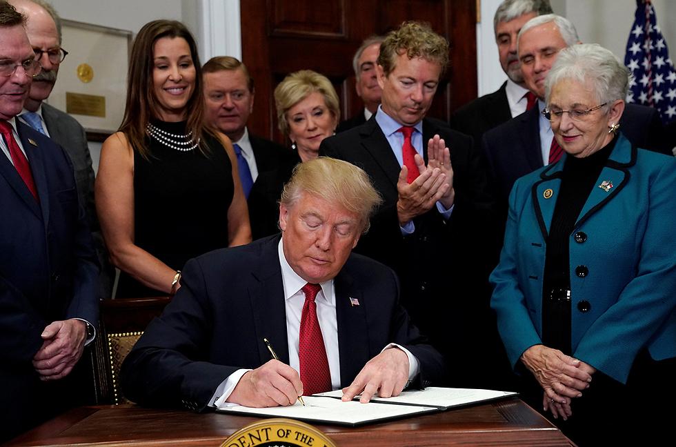 הנשיא טראמפ חתם על צו נשיאותי (צילום: רויטרס)
