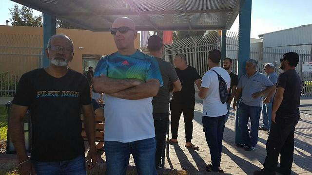 עובדי נגב קרמיקה התכנסו הבוקר במפעל (צילום: משה סולומון)