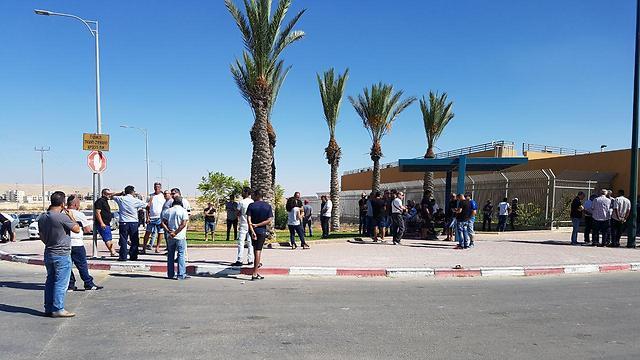 עובדים מחוץ למפעל, הבוקר (צילום: בראל אפרים)