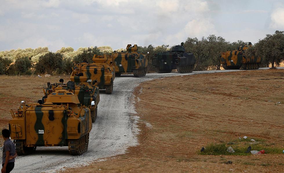 שיירות משוריינים של צבא טורקיה ליד גבול סוריה (צילום: רויטרס)