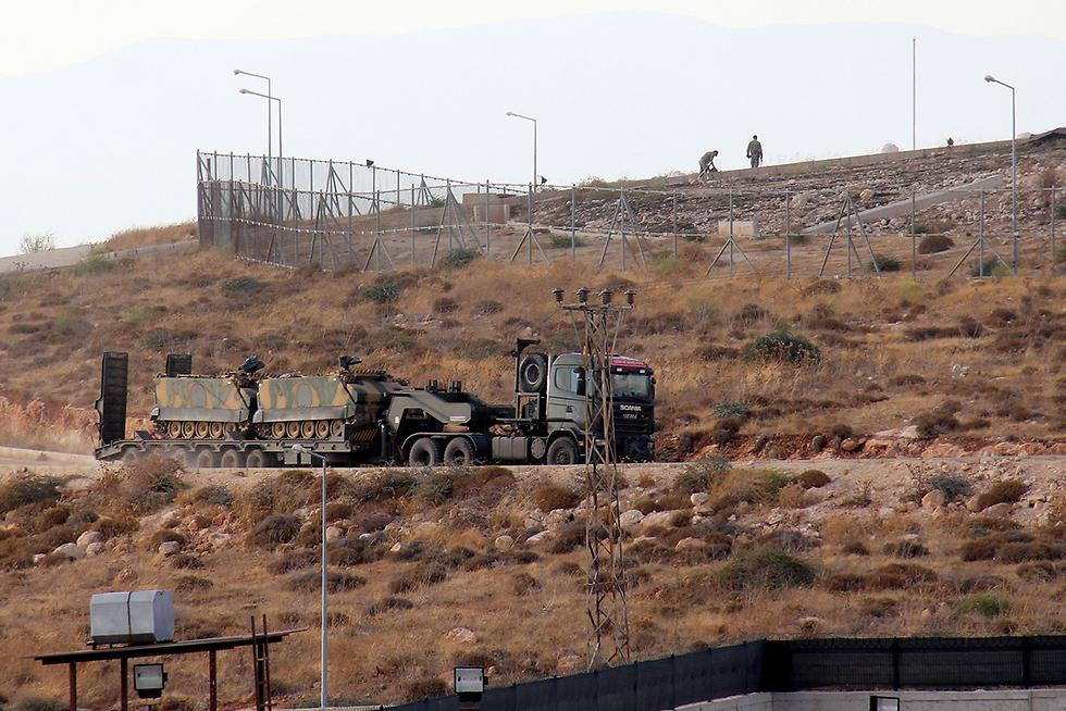 משאית נושאת משוריינים בגבול סוריה-טורקיה (צילום: AFP)
