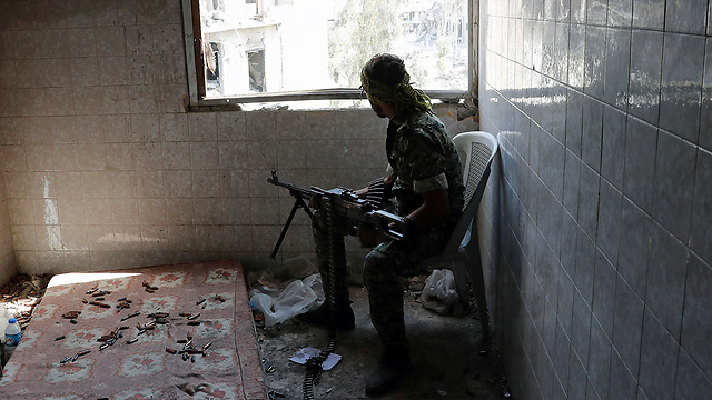 SDF fighter battling IS in Raqqa (Photo: Reuters)