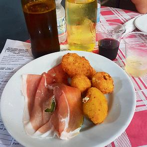 כדורי גבינה ופרושוטו במסעדת Da Nennella