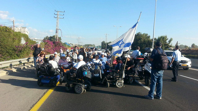 מחאת הנכים בכביש החוף, אוקטובר 17'. היחס הציני הוביל אותם להפעיל כוח (צילום: אמיר אלון) (צילום: אמיר אלון)