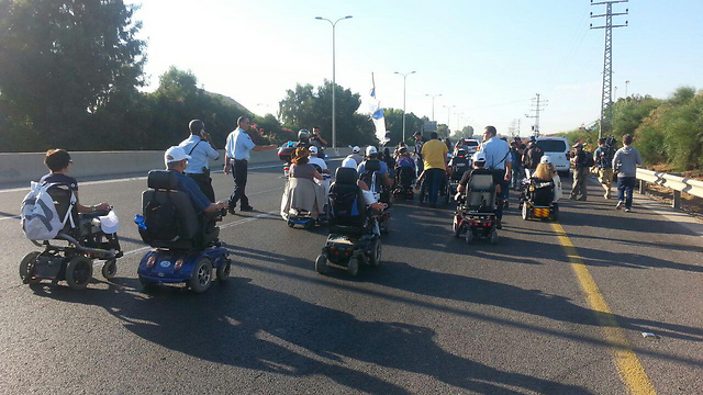 Disabled protesters escorted by police (Photo: Amir Alon)