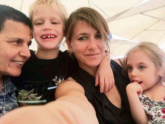 """""""היינו ביחד, ארבעתנו, והיה לנו כיף ביחד"""". משפחת מאור-לוי, מימין: קפן, הדס, סהר ורינת"""