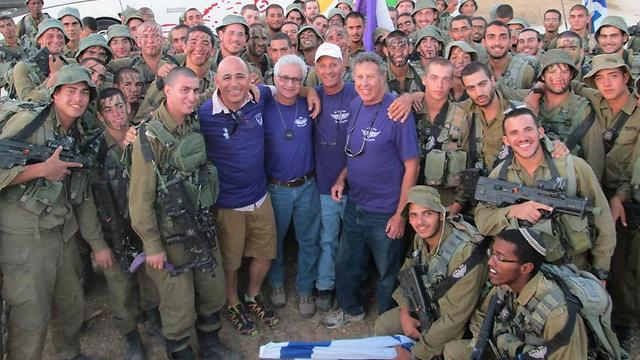 Pearl (in the white hat) and the other volunteers, with of the Givati Brigade soldiers (Photo: Nimrod Arkelis)